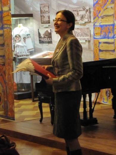 Ю. Ю. Будникова ведёт концертную программу