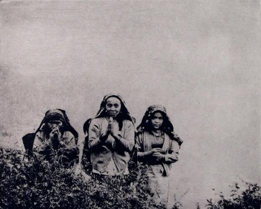 Питер Миллер. Namaste. Намасте. Бумага, фотогравюра. Кханчоук, Непал. 2009