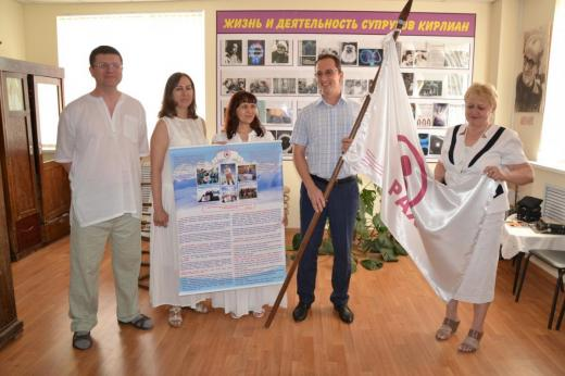 В дар Динскому историко-краеведческому музею было передано Знамя Мира